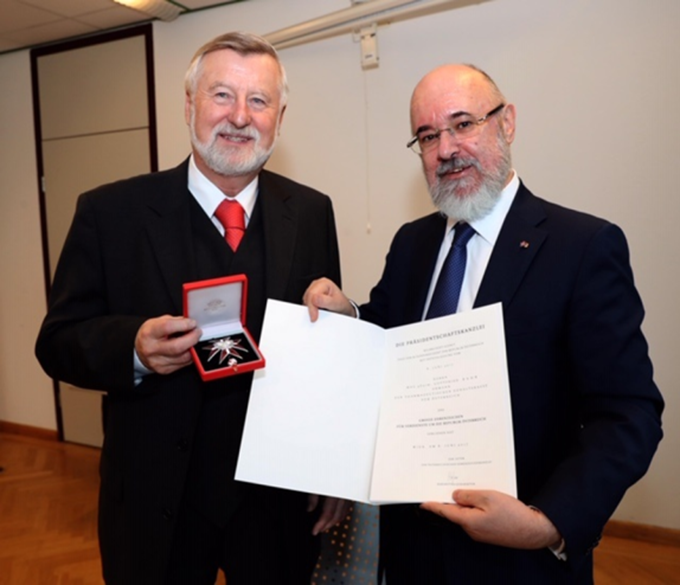 """Das """"Große Ehrenzeichen der Republik Österreich"""" wurde an Herrn Apotheker Mag. pharm. Gottfried Bahr verliehen"""